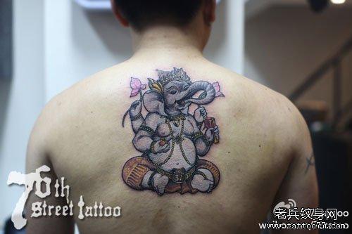男生后背经典潮流的象神纹身图案