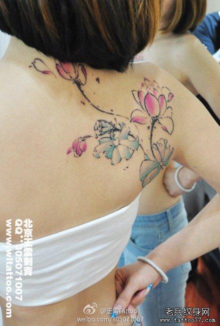 美女后背漂亮精美的彩色水墨莲花纹身图案图片