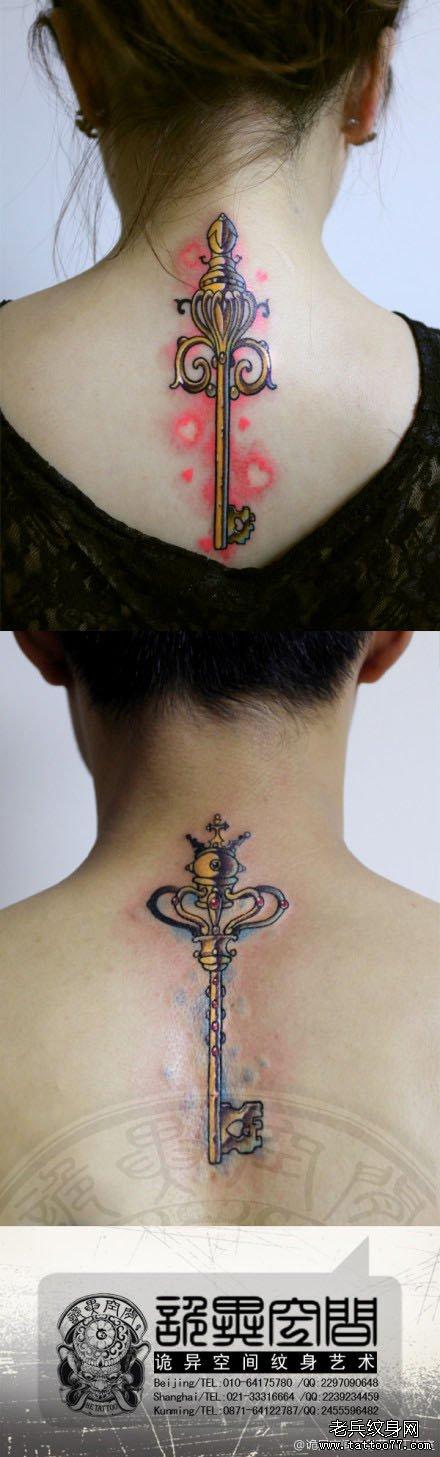 背部潮流经典的情侣钥匙纹身图案