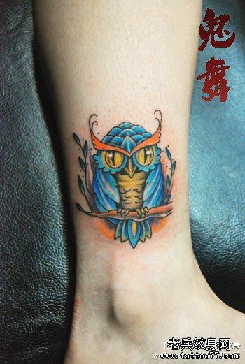 女生腿部潮流时尚的小猫头鹰纹身图案