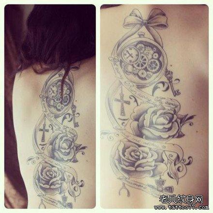 女生手臂潮流经典的怀表与玫瑰花纹身图案