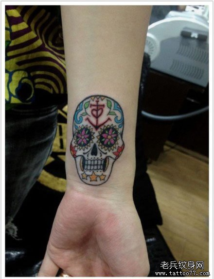 com                      女生前胸时尚经典的骷髅玫瑰花与燕子纹身