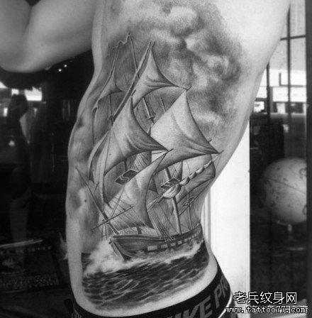 侧腰经典帅气的帆船纹身图案