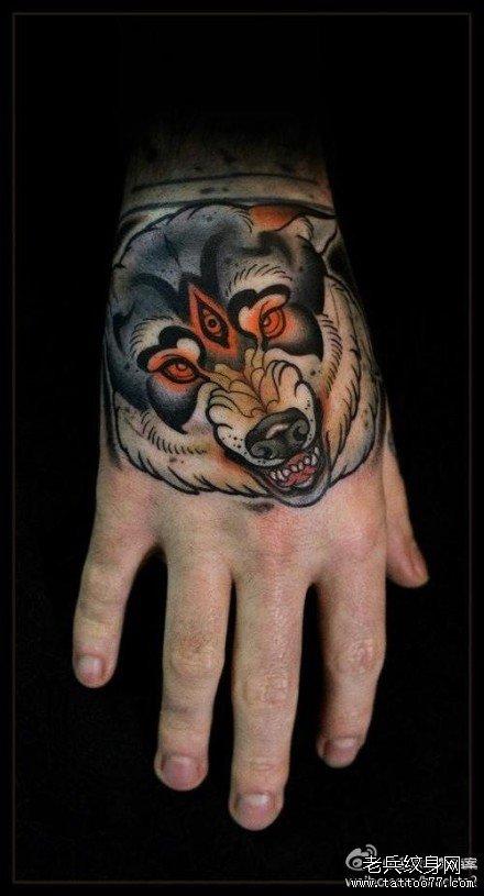 男人手背超酷的school狼头纹身图案