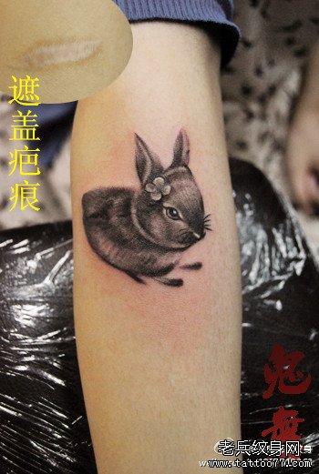 女生手臂可爱小巧的小兔子纹身图案