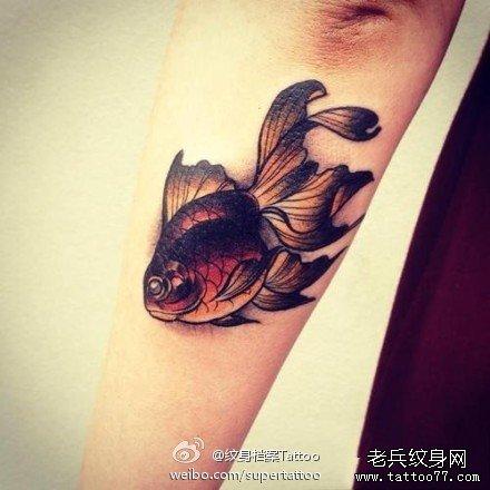 手臂小巧时尚的小金鱼纹身图案