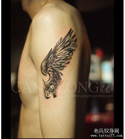 男人手臂好看潮流的黑灰翅膀纹身图案