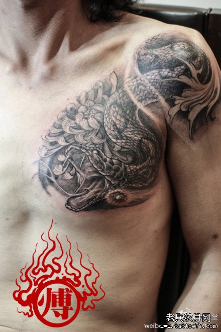 纹身主页 纹身图案大全 蛇纹身图案大全        男生前胸经典潮流的黑