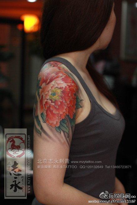 美女手臂漂亮潮流的彩色牡丹花纹身图案图片