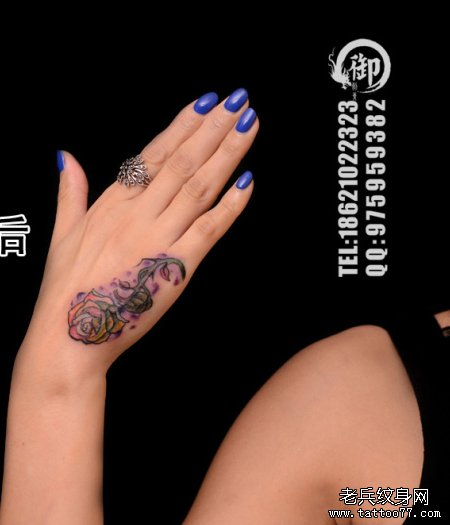 女生手部潮流漂亮的玫瑰花纹身图案