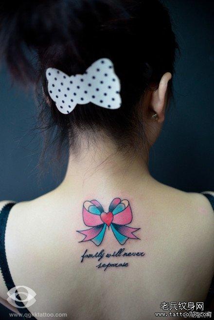 男生后颈部潮流漂亮的蝴蝶结纹身图案图片