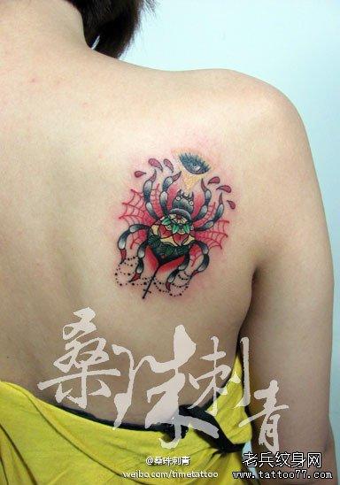 美女肩背漂亮潮流的彩色蜘蛛纹身图案