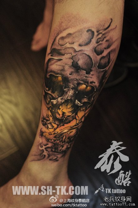 腿部潮流超酷的一款写实骷髅纹身图案
