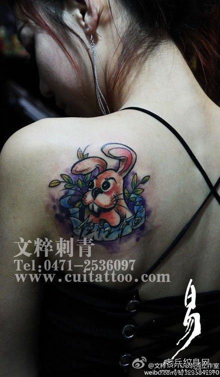 女生肩背潮流时尚的一款小兔子纹身图案