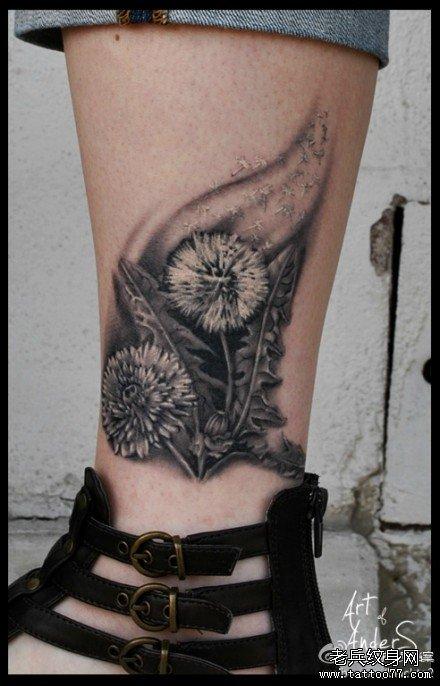 女生小腿潮流时尚的蒲公英纹身图案