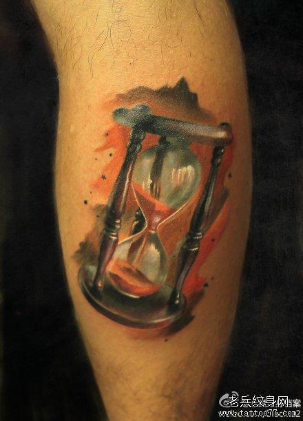 男人腿部经典潮流的一款欧美彩色沙漏纹身图案