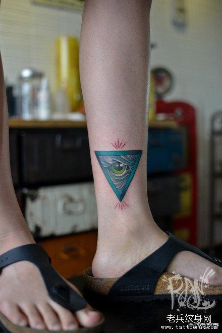 女生腿部唯美潮流的上帝之眼纹身图案_武汉纹身店之家