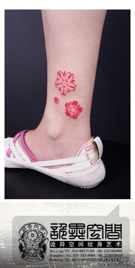 女生小腿漂亮潮流的彩色小樱花纹身图案