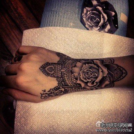 女生手腕唯美精美的玫瑰花与蕾丝纹身图案