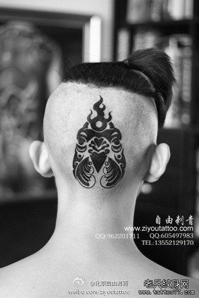 男生头部一款潮流经典的图腾公鸡纹身图案