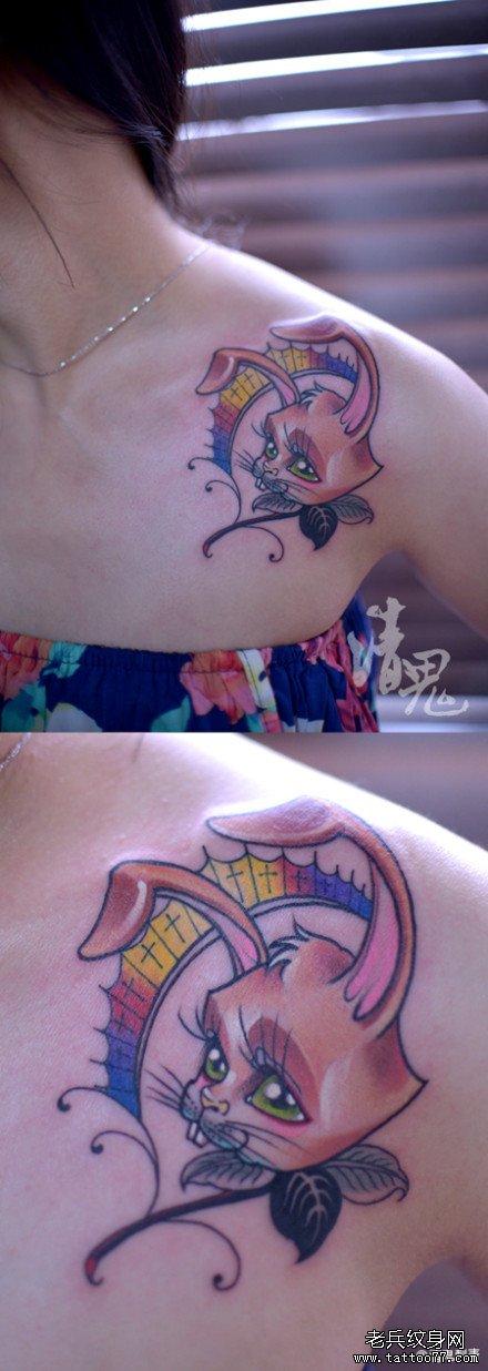 美女肩膀处可爱潮流的小兔子纹身图案