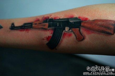 男人手臂超帅的手枪纹身图案