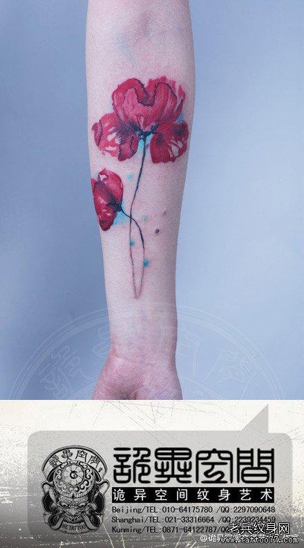 手臂漂亮潮流的彩色罂粟花纹身图案