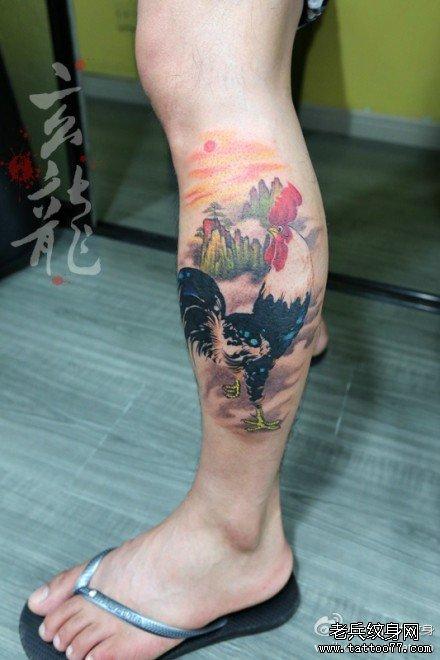男人腿部经典帅气的一款公鸡纹身图案