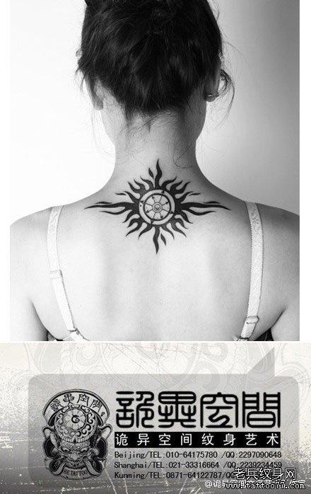女生后颈时尚经典的图腾太阳纹身图案