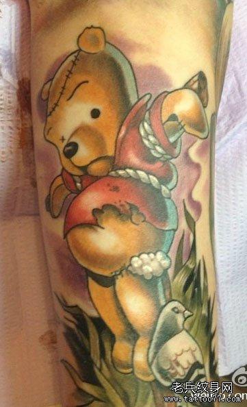 一款经典时尚的卡通维尼小熊纹身图案