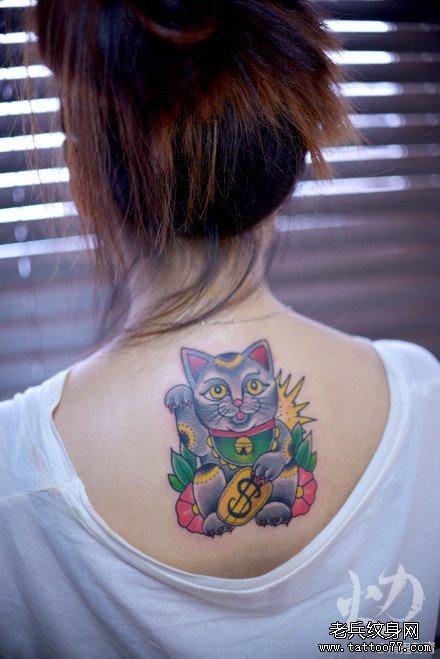女生后背时尚潮流的樱花小燕子纹身