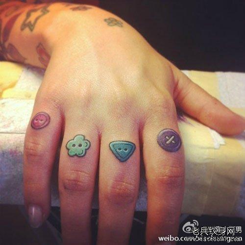 手指经典小巧的纽扣纹身图案