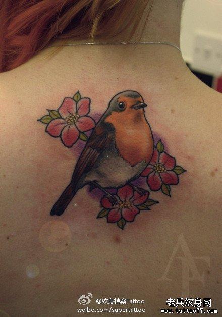 女生后背潮流流行的小鸟与花卉纹身图案