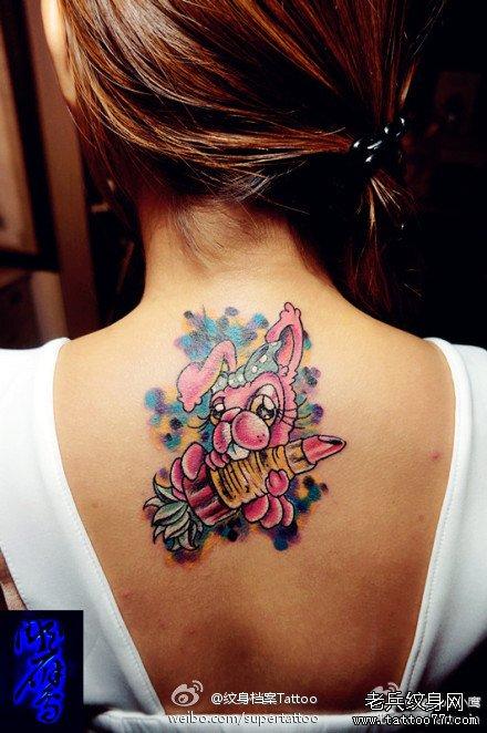女生后背拿口红的小兔子纹身图案