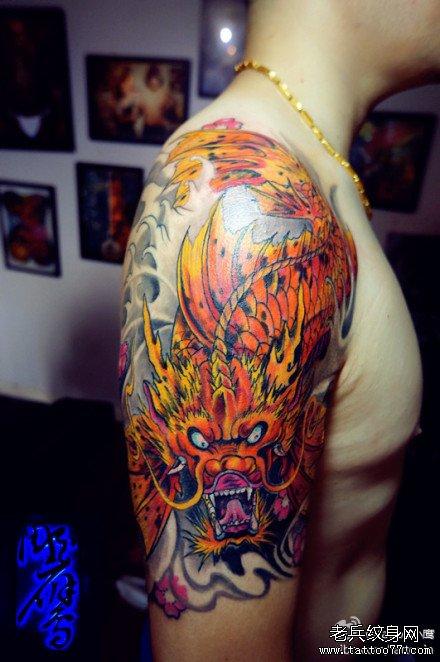 男人手臂很酷经典的彩色鳌鱼纹身图案 武汉纹 高清图片