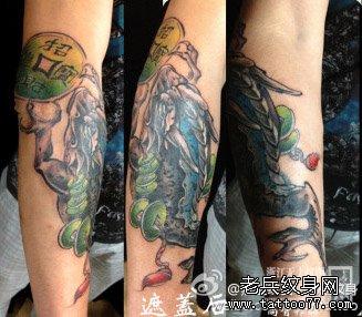 手臂时尚很酷的招财金蝉纹身图案图片