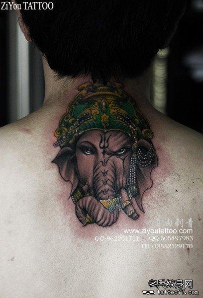 男生脖子处时尚很酷的象神纹身图案