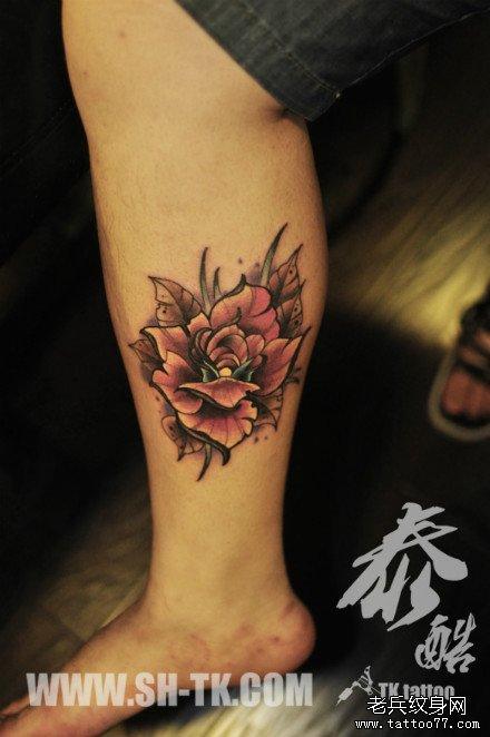 男生腿部时尚潮流的彩色玫瑰纹身图案
