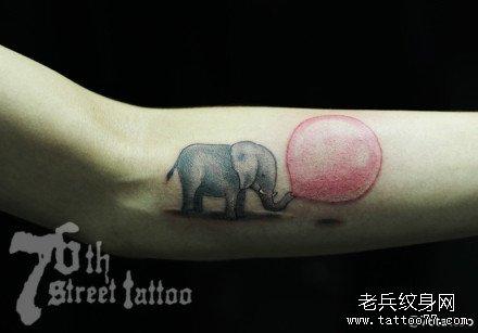 女生手臂可爱的吹气球的小象纹身图案