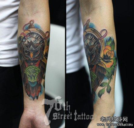 男生手臂潮流经典的猫头鹰纹身图案