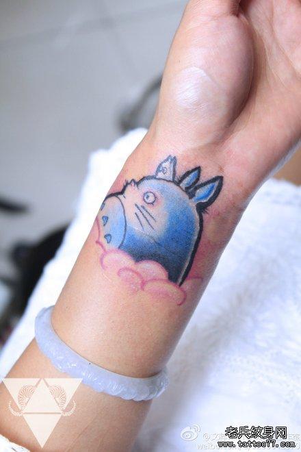女生手臂可爱经典的龙猫纹身图案