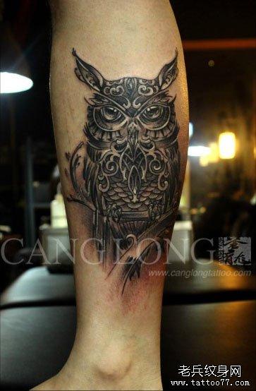 男人腿部潮流很酷的一款猫头鹰纹身图案