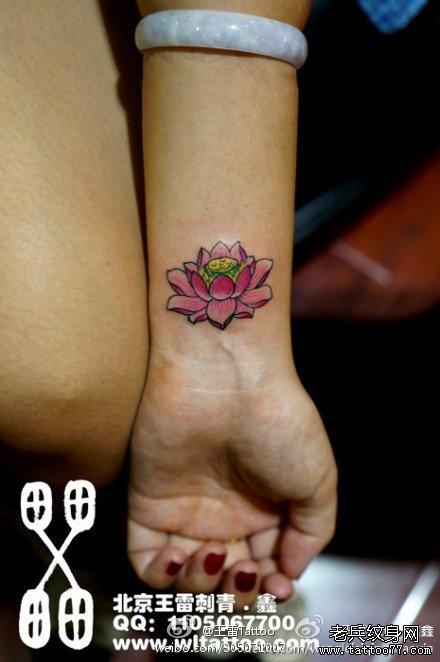 女生手腕小巧精美的粉莲花纹身图案