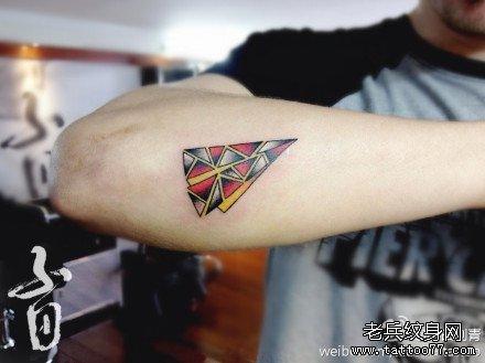 手臂另类潮流的纸飞机纹身图案