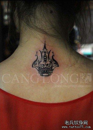 女生后颈部时尚潮流的黑灰皇冠纹身图案