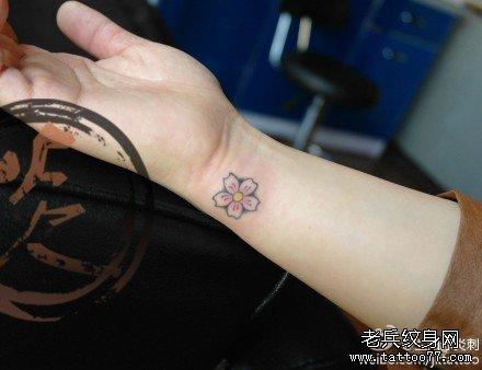 女孩子腹部彩色蝴蝶樱花纹身图案