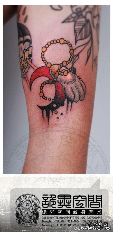 手臂一款小爪子与月亮纹身图案