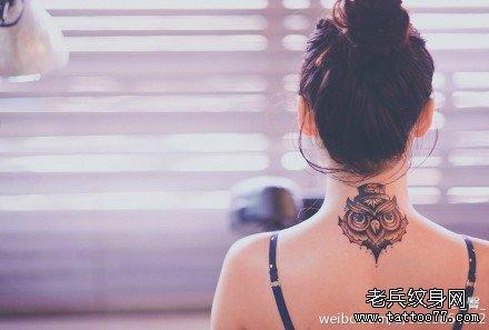 女生脖子处时尚潮流的猫头鹰纹身图案