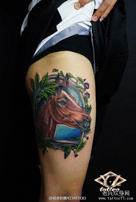 腿部帅气潮流的马纹身图案