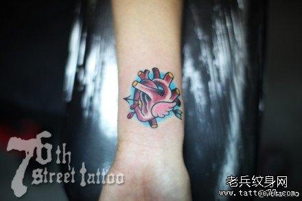 女生手腕唯美时尚的小心脏纹身图案